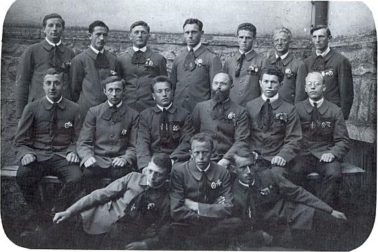 Jeho otec Anton Praxl uprostřed horní řady skupinového snímku volarských turnerů