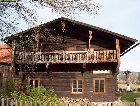 Jeden ze zachovaných volarských dřevěných domů se zvoničkou dnes