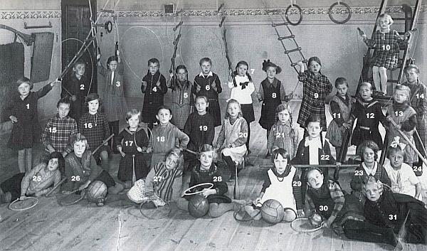 Na snímku z tělocvičny dívčí školy v Boru u u Tachova (školní rok 1920/21) vidíme Hildegard s číslem 29 v první řadě