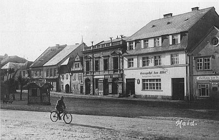 Na tomto snímku borského námestí, pořízeném místním fotografem Hansem Haanem kolem roku 1930, je Zenkerových dům uprostřed