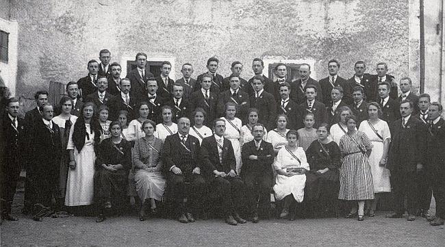 Na skupinovém snímku frymburského pěveckého spolku sedí třetí zleva