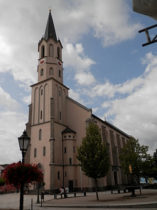 """Farní kostel Nanebevzetí Panny Marie ve Freyungu, městě, se kterým byla spojena """"bavorská"""" část jeho života a kde je i pohřben"""
