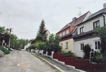 Pestalozziho (dnes Čapkova) ulice v Liberci, kde vyrůstal a v domě zakrytém na snímku velkým smrkem se v roce 1923 také narodil