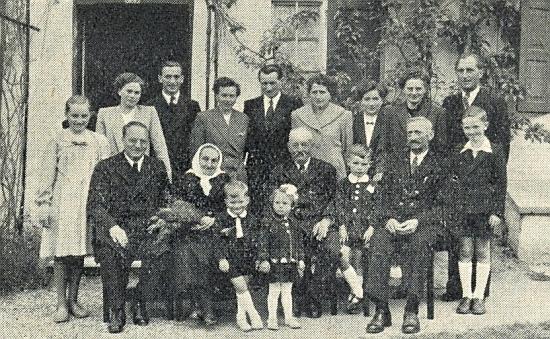 Snímek z oslavy zlaté svatby jeho rodičů 5. května roku 1953 v bavorské obci Gern u Eggenfelden (od roku 1972 je Gern součástí města Eggenfelden)
