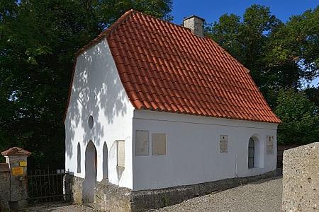 Kostel sv. Ruperta v Burgkirchen am Wald a karner (márnice) na tamním hřbitově