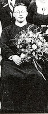 Na výřezu fotografie ze své primice v roce 1938 (viz i Eduard Prieschl)