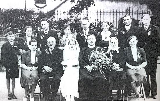 Když slavil roku 1938 primici jeho bratr Karl, zesnulý už v 54 letech roku 1964 v Bavorsku, sešla se tu na snímku celá Prieschlova rodina - Eduardovi bylo tenkrát 18 let a může to být tedy sotva kdo jiný, než ten mládenec stojící zcela vpravo