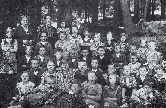 Jeho bratr Max je tu se spolužáky ze 4. třídy školy v zaniklém dnes Rychnůvku zachycen v první řadě zcela napravo     - vzadu druhá zleva stojí učitelka Martha Kastlová, roz. Trnková