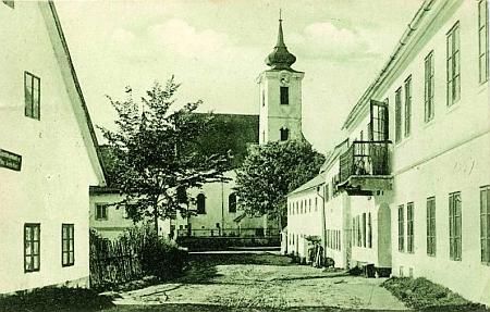 Rychnůvek a dům čp. 49 (skryt vpravo za domem s balkonem) cestou ke kostelu , kde žil Franz Xaver Prieschl, zvaný Pali-Vater, a jeho 9 dětí, z nich druhý nejmladší Eduard