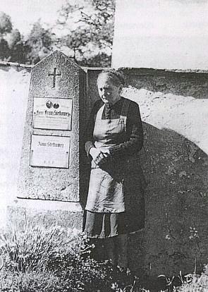 Nejstarší sestra Marie u hrobu příbuzných