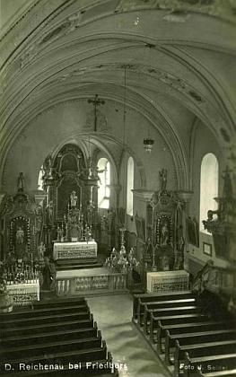 Vnitřek kostela v Rychnůvku na pohlednici Josefa Seidela...