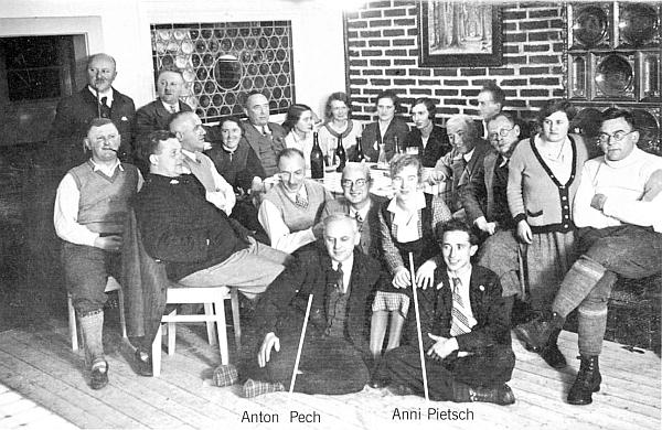 Při otevření chaty na hoře Falkenstein v červenci 1933 stojí zcela vlevo