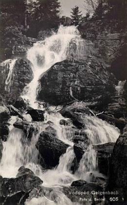 Vodopád Geigenbachu pod Velkým Javorským jezerem na pohlednici Josefa Seidela