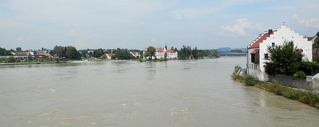 Pohled na Neuhaus (vlevo), napravo Schärding na rakouské straně řeky Inn