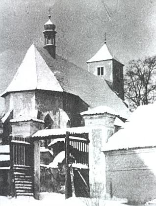 Starodávný kostel v Bukovci na zimním snímku