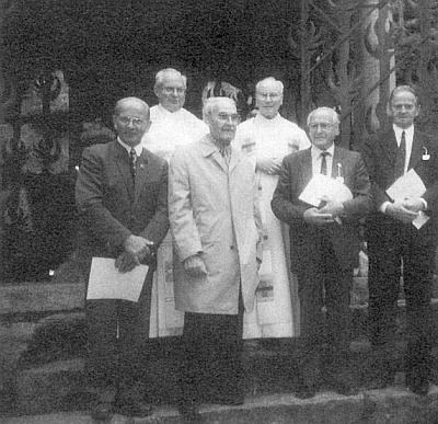 Stojí tu třetí zleva před kaplí biskupa Neumanna na Hochsteině vyznamenán medailí nesoucí světcovo jméno, úplně vlevo je zachycen Emil Weber, napravo od Josefa Prinze prelát Johannes Barth, pak Alois Wellek a Richard Schiefer
