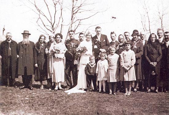 Jako mladý československý důstojník-čekatel na svatbě své sestry Amalie v dubnu roku 1933 u kostela sv.Mořice na Mouřenci, tamního faráře, jímž byl až doposledka páter Franz Andraschko, vidíme stát splnovousem druhého zleva
