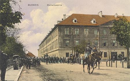 """Dvě barevné pohlednice s motivem Mariánských kasáren zachycují """"v plné parádě"""" i jejich někdejší osazenstvo ještě za staré monarchie ovšem"""