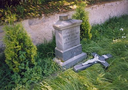 Poničené hroby školských sester de Notre Dame na zarostlém hřbitově v rodném Hyršově