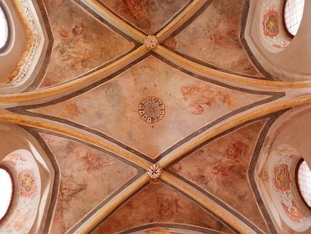Stropní fresky v kapli Andělů Strážných v klášteře ve Zlaté Koruně