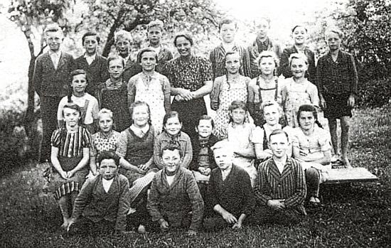 """S dětmi ročníku narození 1930 v tehdy """"říšském"""" Německém Rychnově u Haslachu"""