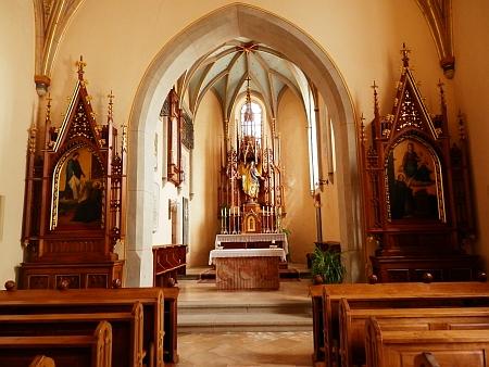 Interiér hřbitovní kaple a záběr z klášterního hřbitova ve Schläglu, kde je pohřben