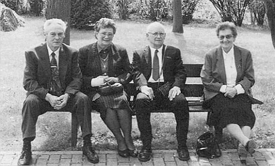 Na snímku sedí odprava jeho starší sestra Hedwig (*1920), on a nejmladší ze sourozenců, sestra Hilde (*1929) s manželem Ludwigem