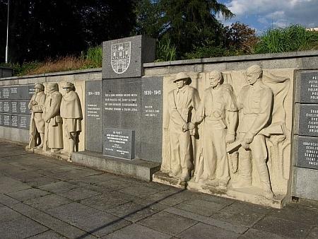 Pomník odboje a padlým byl po druhé světové válce takto doplněn
