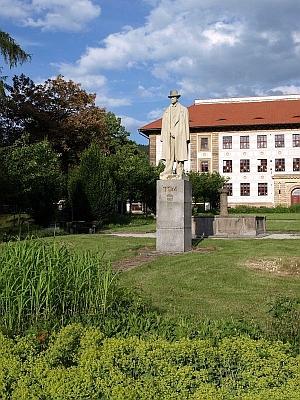 """Socha TGM (podle sdělení Muzea Šumavy od téhož autora jako monument prvý /Masarykova bronzová socha z něho byla údajně zlikvidována za druhé světové války/, tj. od Otakara Švece /1892-1955/, vedle mnoha jiných hodnotnějších prací i tvůrce pražského Stalinova pomníku, předaného veřejnosti na den 1. máje 1955 ani ne měsíc poté, co sochař spáchal 4. dubna toho roku vPraze sebevraždu), odhalená roku 1968, přežila následná léta """"normalizace"""""""