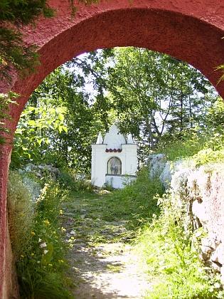 Kaplička u poutního kostela Narození Panny Marie ve Strašíně