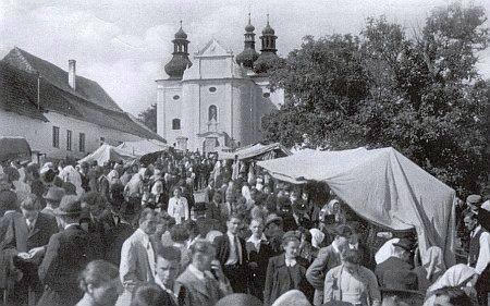 Na pouti do šumavského Strašína se scházela česká i německá procesí (snímek pochází z roku 1939,     v domku nalevo před kostelem žil později kněz a básník František Daniel Merth)