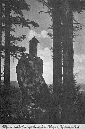 "Skalka zvaná ""Herrgottriegel"" u Černého jezera na pohlednici z roku 1935 (viz i Karl von Margelik)"