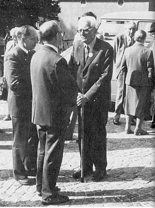 Tady stojí roku 1982 při setkání Železnorudských v bavorském Zwieselu první zleva, o holi vedle něho napravo Sepp Skalitzky