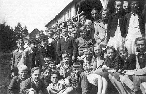 Se spolužáky svého ročníku narození (1927) před jedním ze selských dvorců na svahu hory Pancíř ve válečném roce 1940