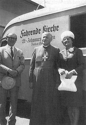 "Se světícím biskupem prof. Dr. Adolfem Kindermannem a prof. Waldemarem Fritschem u ""misijního autobusu"""