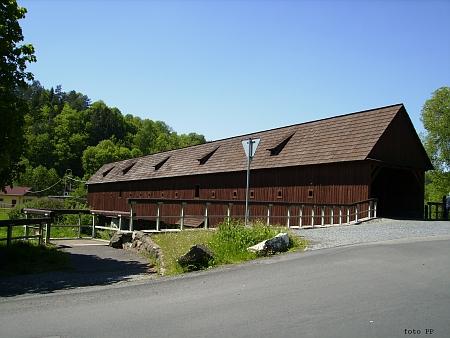 Historický dřevěný most přes Ohři v jejím rodném Radošově na památné stezce spojující Prahu s Erfurtem aPlavnem, který se stal v roce 1986 obětí požáru a byl počátkem 21. století znovuobnoven