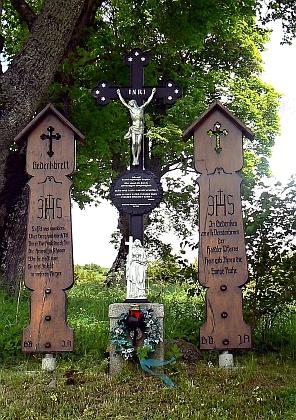 Pamětní kříž a umrlčí prkna od někdejších rodáků