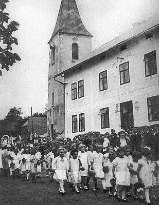 Tak vypadal kostel Nejsvětější Trojice ve Zhůří zvenku (o průvodu Božího Těla v roce 1937)...