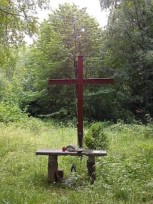 Kříž na místě, kde stával kostel sv. Václava vRychnůvku (viz i Vincenz Gross a Eduard Prieschl)