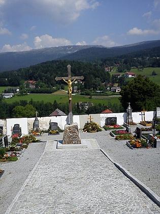 Pohled od kostela v rodné obci na šumavské hřebeny