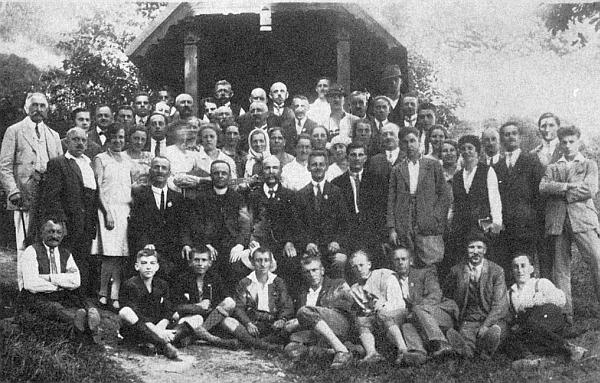 """Snímek z výletu německého """"Spolku katolických tovaryšů"""" do Korkusovy Hutě někdy vedvacátých letech dvacátého století ho zachycuje druhého vpravo vepředu sedícího"""