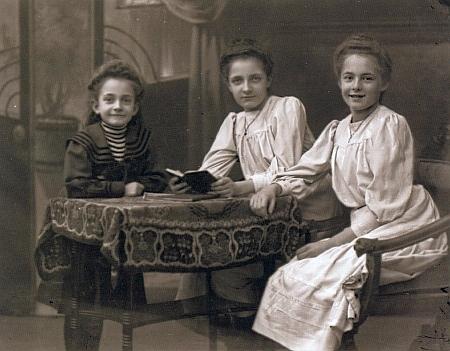 Tři dcery lékárníka Vinzenze Putschögla, Erna je tu uprostřed, na snímku Josefa Seidela zroku 1908