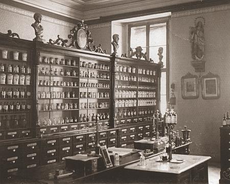 Interiér otcovy lékárny na prvním nádvoří českokrumlovského zámku na snímku Josefa Seidela z počátku 20. století