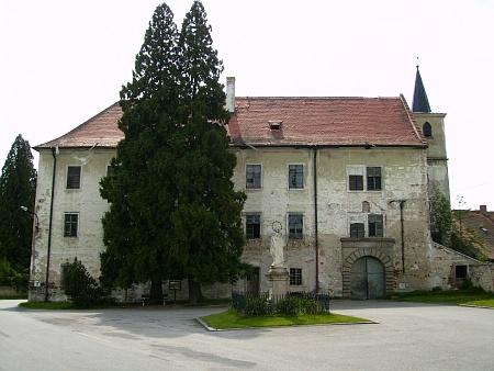 Dnes zpustlý zámek a statek v Komařicích...