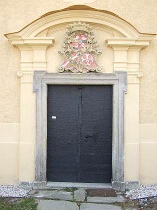 Portál kostela v Omleničce s aliančním znakem hraběte Nütze z Wartenburgu