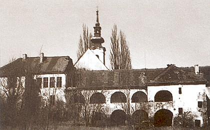 Omlenička (škola, kostel a zámek) ještě na přelomu 20. a 21. století a v roce 2012