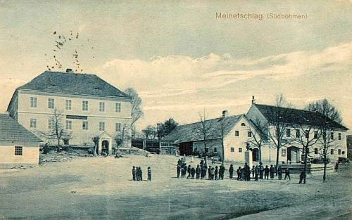 Rodné Malonty se školou a školním dětmi na pohlednici z roku 1912