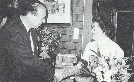 """Tady """"Odumein Kathi"""" v dubnu 1996 přijímá ve Freistadtu blahopřání ke svým pětasedmdesátinám od notáře dr. Helge Fosena, předsedy rakouského sdružení """"Maria-Schnee-Komitee"""""""
