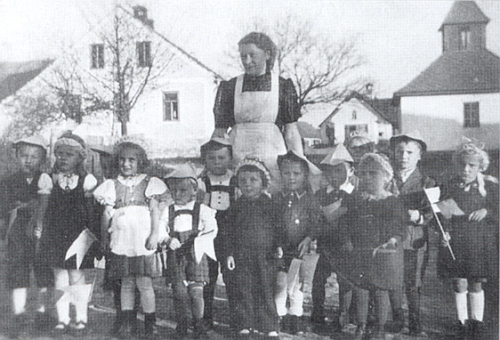S dětmi mateřské školy v Radčicích, kterou za války vedla