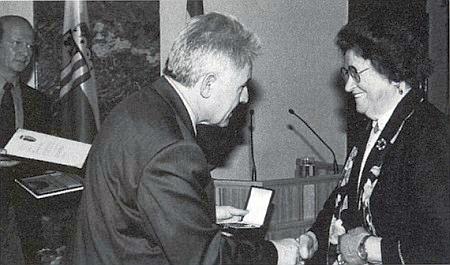 V červenci 2002 jí hornorakouský hejtman Pühringer předává kulturní medaili za zásluhy o zřízení památníku Maria Schnee na vrchu Hiltschner Berg